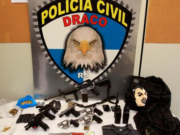 Armas e munição apreendidas com suspeitos de integrar milícia (Foto: Divulgação/Secretaria de Segurança)