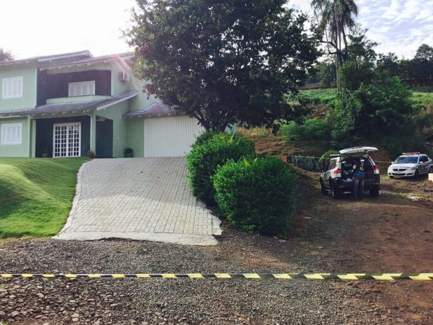 Casa da família foi isolada pela Polícia Militar (Foto: Jhota Biavatti/TV Box)