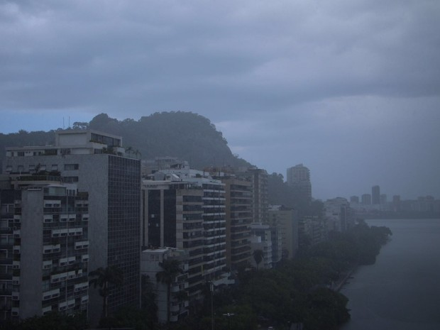 Chuva deixou o céu escuro na Lagoa (Foto: José Raphael Berredo/G1)