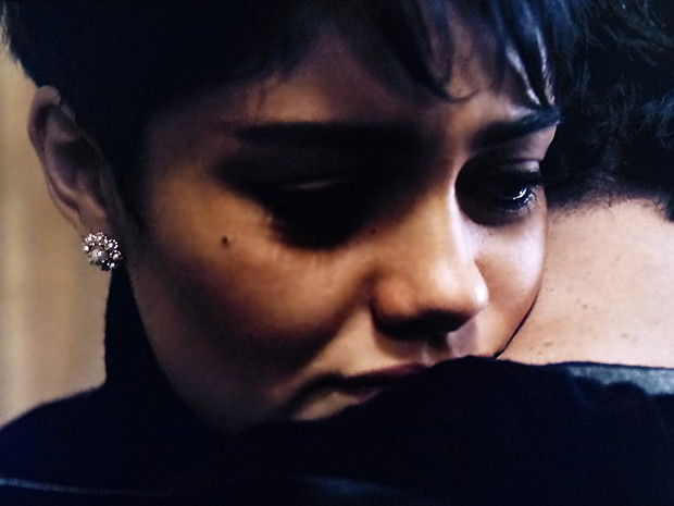 Duda não aguenta e chora abraçada ao piloto (Foto: O Rebu / TV Globo)