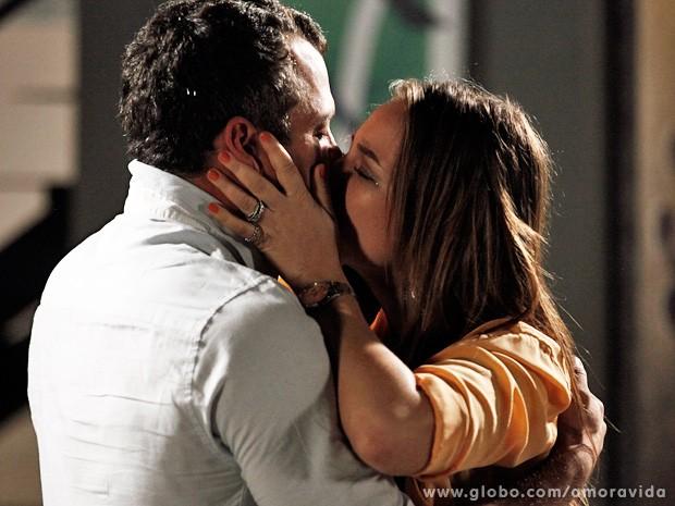 Os dois se beijam, apaixonados... (Foto: Inácio Moraes / TV Globo)