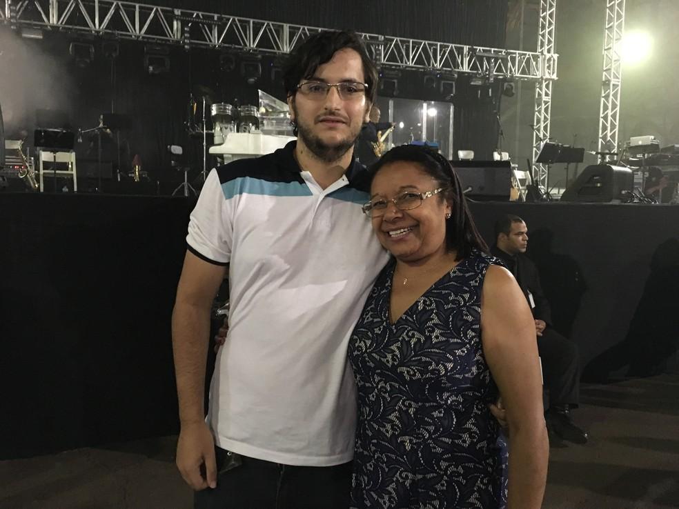 Isabel Beatriz dos Santos é moradora de São Paulo e foi com seu amigo, de Prudente, Fernando Henrique Lopes, ao show (Foto: Heloise Hamada/G1)