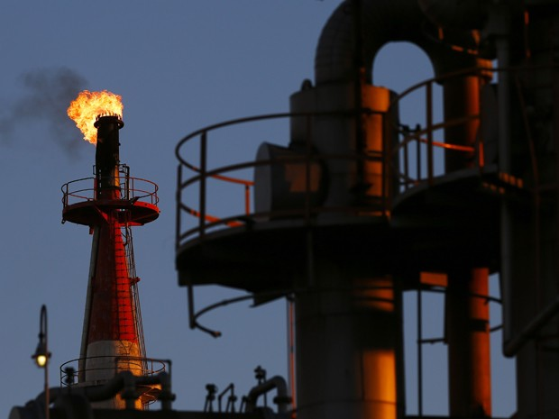 Fábrica petroquímica perto de Tóquio, no Japão. Preço do petróleo cai com menor demanda (Foto: Thomas Peter/Reuters)