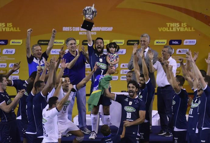 Jogadores do Cruzeiro erguem o troféu do Mundial de Clubes de Vôlei 2015 (Foto: Douglas Magno / DM Press)