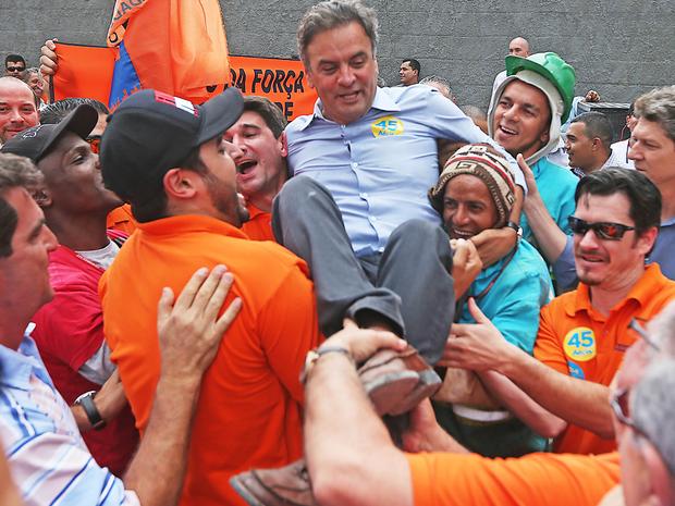 Aécio Neves, carregado por trabalhadores da construção civil, São Paulo (Foto: Alex Silva/Estadão Conteúdo)