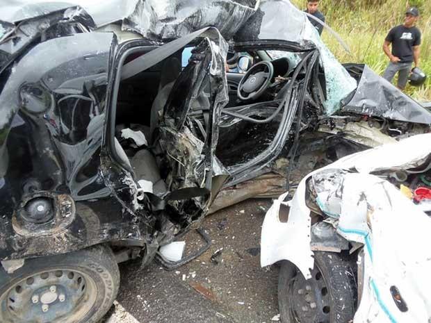 Carro ficou destruído após colisão (Foto: Pedro Reis e Daniel Miller do portal Esplanada News.)