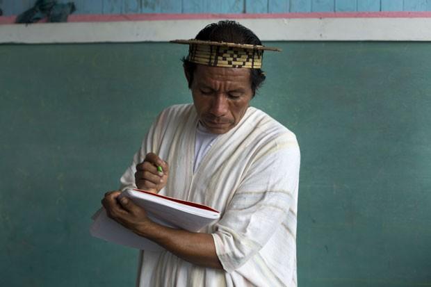 Professor ashaninka usa cabana de um cômodo para dar aula a crianças (Foto: Martin Mejia/AP)