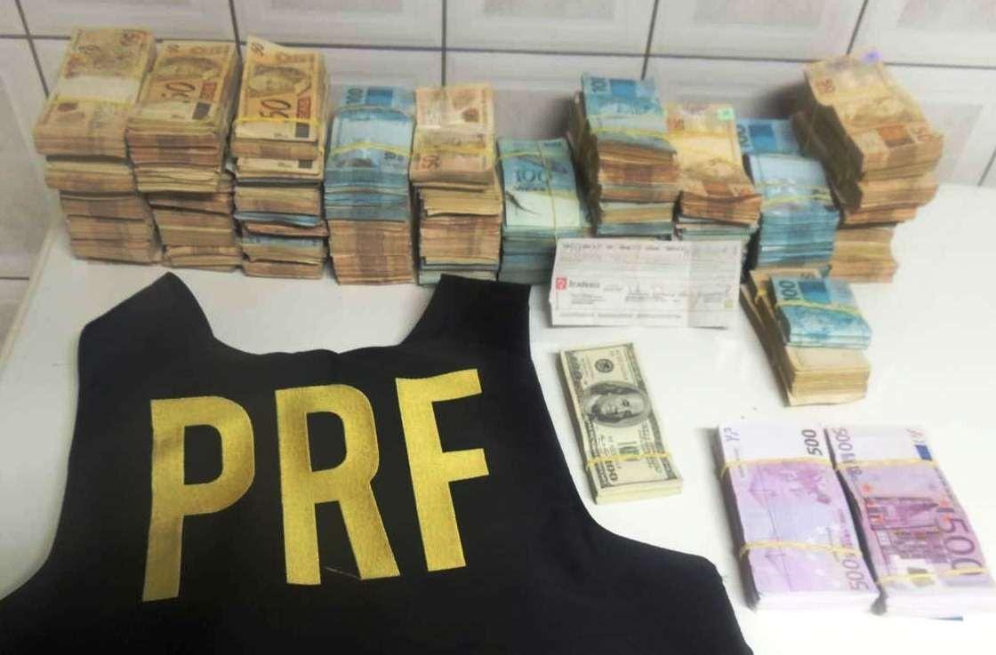 Polícia encontrou notas de dólares, euros e reais (Foto: PRF/Divulgação)