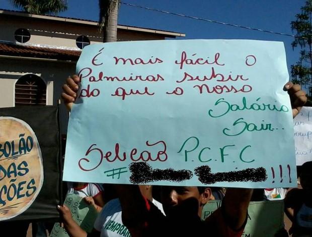 Torcedor do Plácido de Castro protesta por salários atrasados no clube (Foto: Reprodução/Facebook)