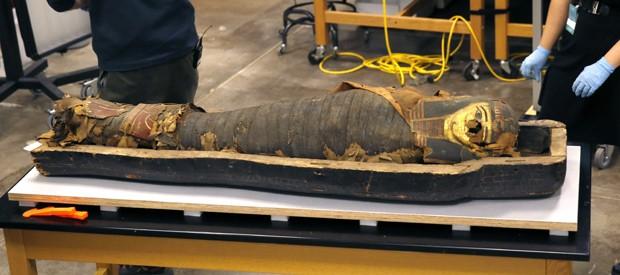Múmia é vista dentro de sarcófago em museu de Chicago (Foto: AP Photo/Charles Rex Arbogast)
