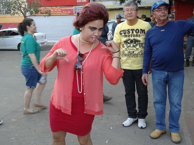 Escritora Gisele Souza, de 35 anos, resolveu protestar vestida de presidente Dilma Rousseff (PT), durante manifestação neste domingo em Cuiabá (Foto: André Souza/G1)