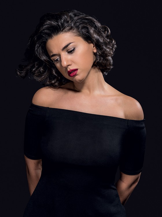 """MEU JEITO A pianista Khatia Buniatishvili se veste e toca de forma peculiar. Diz que, se mudar por causa das críticas, """"os machistas terão vencido"""" (Foto: Divulgação)"""
