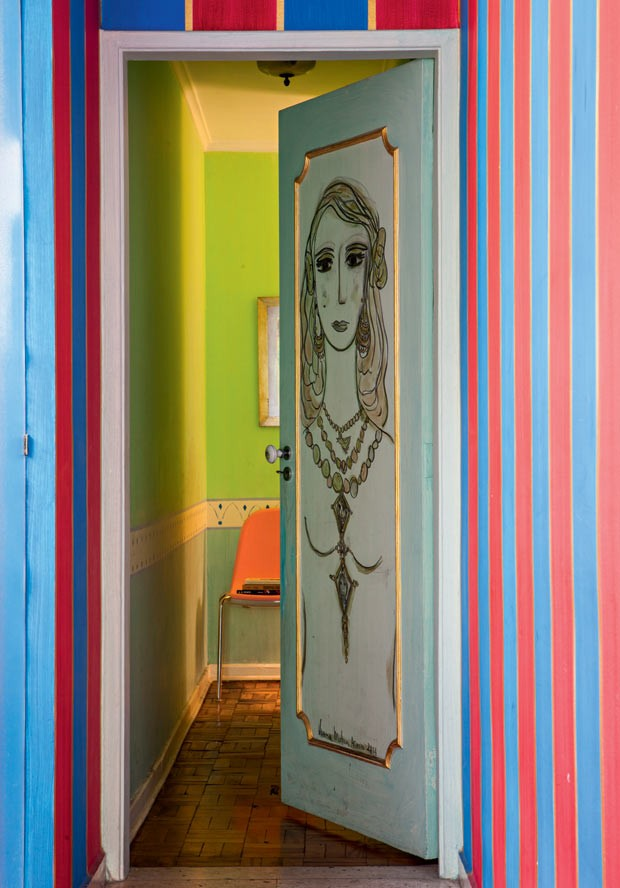 Porta-artista-plastica-verena-matzen-carvao-guache-spray-fixador-listras (Foto: Lufe Gomes/Editora Globo)