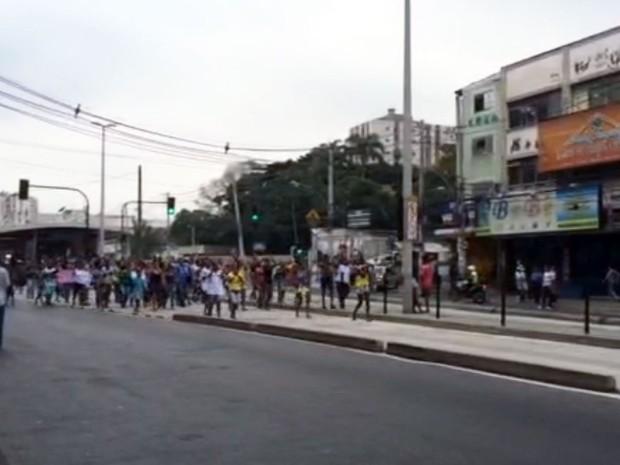 Protesto pela morte de Ryan voltou a fechar a Avenida Edgar Romero, em Madureira (Foto: Samuel Cabral / Enviado por Whatstapp / Reprodução)