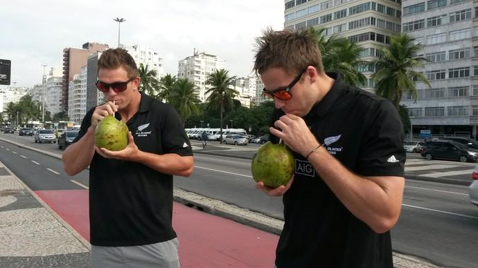 Scott Curry e Tim Mikkelson, seleção de rúgbi da Nova Zelândia, Copacabana (Foto: Leo Velasco)