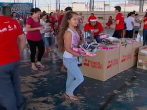Campanha presenteia crianças em Mogi das Cruzes (Foto: Reprodução/TV Diário)