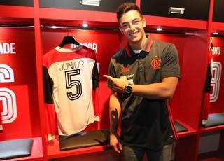 Apresentado no Flamengo, Fischer usará a camisa 5 eternizada pelo ídolo Júnior (Foto: Gilvan de Souza)