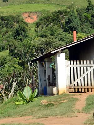 Entrada da fabriqueta de parmesão do produtor Jair Barros, em Alagoa (Foto: Samantha Silva / G1)