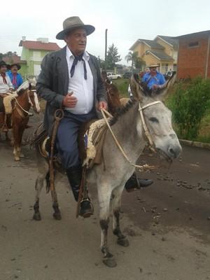 Prefeito eleito de Passa Sete, no RS, vai à posse montado em um burro (Foto: Tiago Guedes/RBS TV)