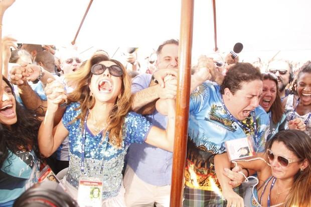 Sabrina Sato comemora a vitória da Vila Isabel no carnaval carioca (Foto: Graça Paes e Marcos Ferreira / Foto Rio News)