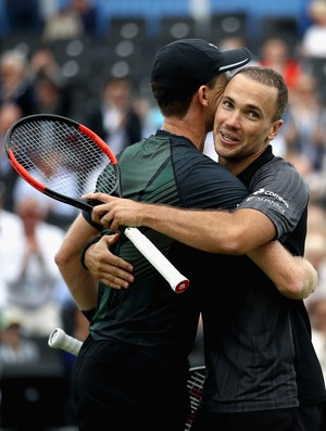 Jamie Murray e Bruno Soares comemoram título em Queen´s (Foto: JULIAN FINNEY / GETTY IMAGES EUROPE / Getty Images/AFP)