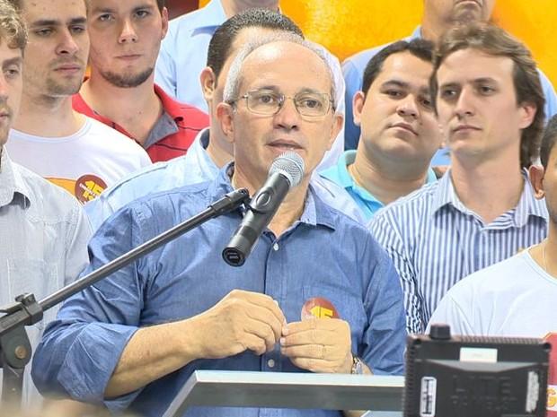 Hartung fez discurso de pré-candidatura acompanhado da juventudo do PMDB, no Espírito Santo (Foto: Reprodução/TV Gazeta)