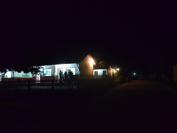 Escola Aldo Ferreira Campos não conta com iluminação nas principais vias próximas (Foto: Luana Leão/G1)