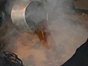 Preparo do chá da ayahuasca pode durar três ou mais dias (Foto: Janine Brasil/G1)