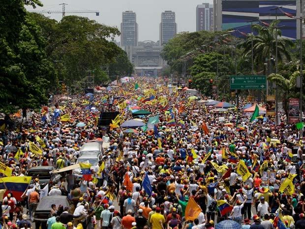 Tradicional reduto chavista, Avenida Bolívar foi tomada em comício da oposição (Foto: AP Photo/Fernando Llano)