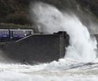 Furacão Gonzalo causa morte no Reino Unido (AP Photo/PA, Owen Humphreys)