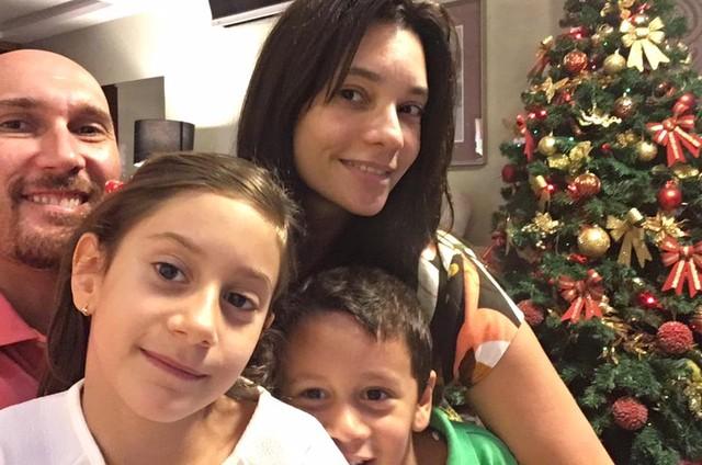Amandha, Nalbert e os filhos (Foto: Reprodução / Facebook)