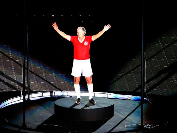 Paulo Roberto Falcão veste uniforme de jogador durante o espetáculo (Foto: Divulgação/Internacional)