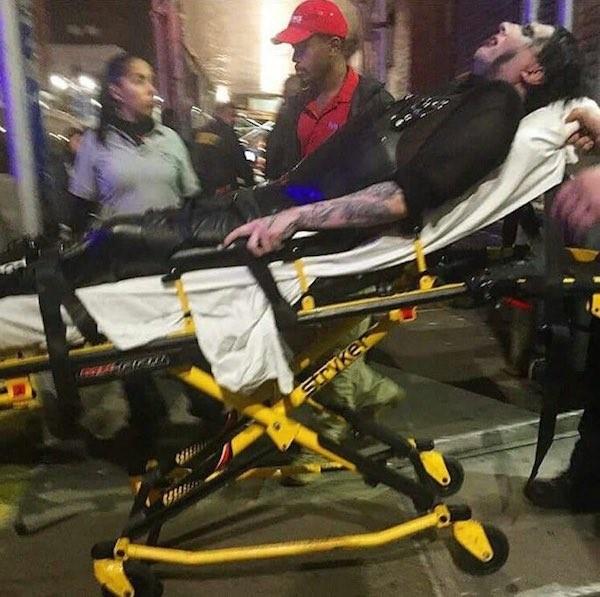 O músico Marilyn Manson sendo socorrido após o acidente em seu show (Foto: Twitter)