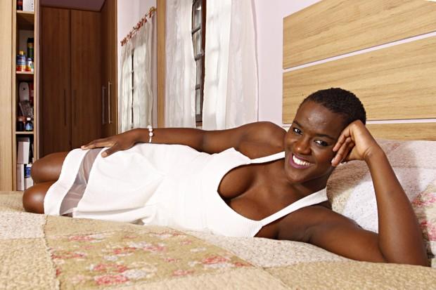 Angélica Ramos em seu quarto (Foto: Celso Tavares/EGO)