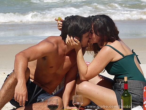 Casal curte praia deserta (Foto: Flor do Caribe / TV Globo)