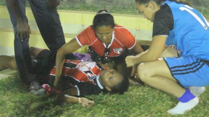 Jogadora passa mal e é atendida pela presidente do clube (Foto: Josiel Martins )
