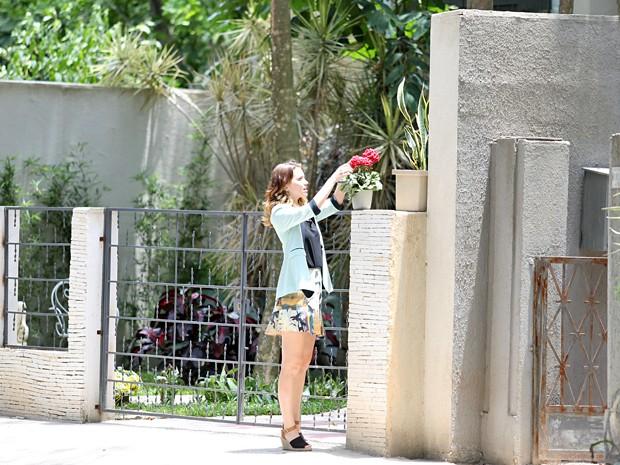 Laura fica surpresa ao encontrar o acessório em uma planta (Foto: Carol Caminha / Gshow)