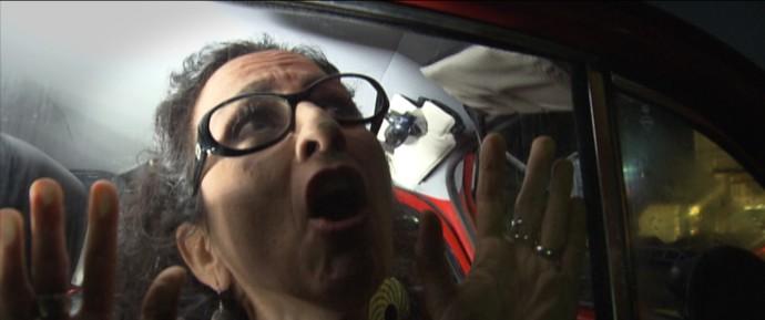 Maria Menezes dramatiza o pânico dos que sofrem com a claustrofobia (Foto: TV Bahia)
