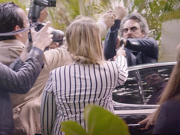 Zé se irrita com perseguição de jornalistas  (Foto: TV Globo)