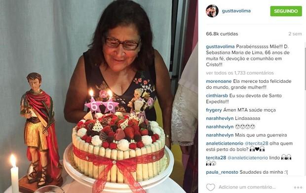 Gusttavo Lima posta foto do último aniversário da mãe, Sebastiana (Foto: Instagram / Reprodução)