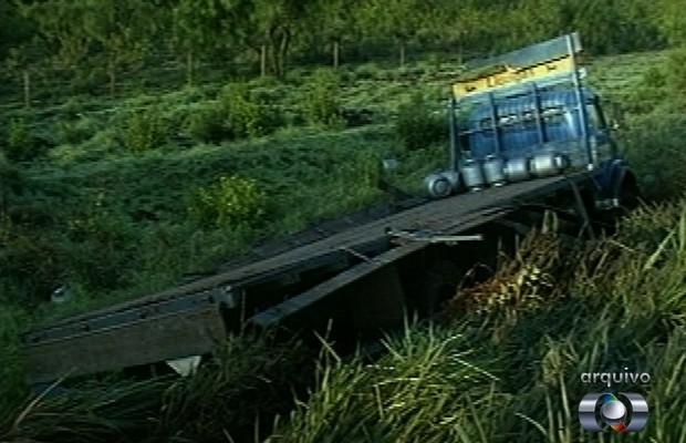 Caminhão de gás foi apontado como o responsável pelo acidente que vitimou 19 pessoas em Maurilândia, Goiás (Foto: Reprodução/TV Anhanguera)