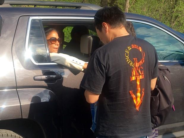 Baterista da banda de Prince, Sheila E., chega para cerimônia na casa onde o cantor morava neste sábado (23) (Foto: AP Photo/Jeff Baenen)