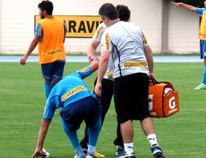 Henrique caído no treino do Botafogo (Foto: Fred Huber)