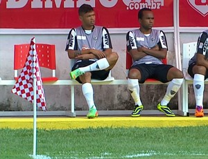 Bandeirinha de escanteio do jogo parece com toalha de piquenique  (Foto: Reprodução / TV Globo Minas)