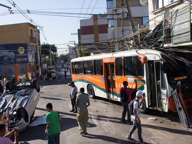 Acidente envolvendo um carro e um ônibus na manhã desta sexta-feira (23), no cruzamento das ruas Doutor Barros Junior e Ataíde Pimenta de Morais em Nova Iguaçu (RJ). (Foto: Douglas Viana/Futura Press/Estadão Conteúdo)