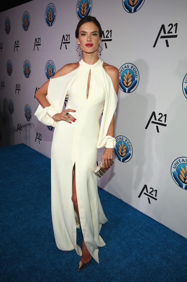 4815213bc EGO - Alessandra Ambrósio usa vestido comportado para ir a festa nos ...