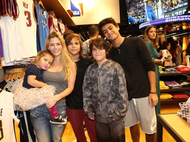 Ana Paula Tabalipa e os filhos, Mia, Tom, Pedro e Lui, em evento na Zona Oeste do Rio (Foto: Reginaldo Teixeira/ CS Eventos/ Divulgação)