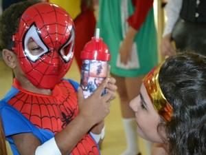 Menino torturado vira homem-aranha em visita de 'super heróis' a hospital (Foto: Divulgação/ Santa Casa de Campo Grande)