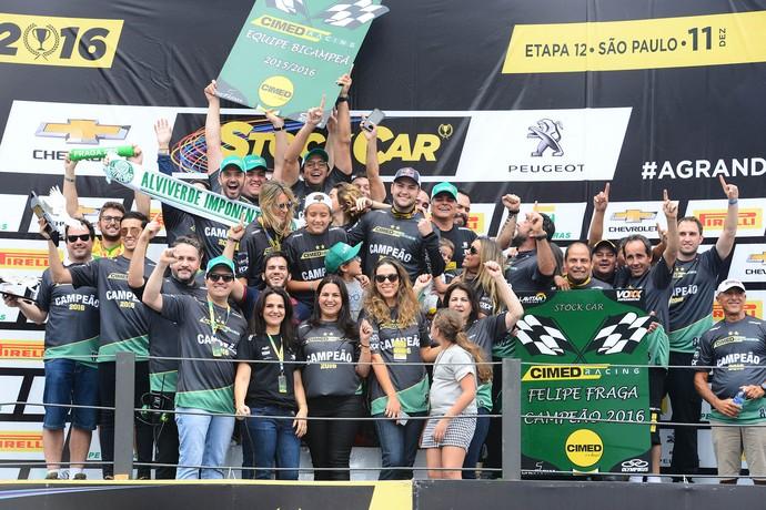 Felipe Fraga e equipe CRT comemoram o título da Stock Car (Foto: Fernanda Freixosa)