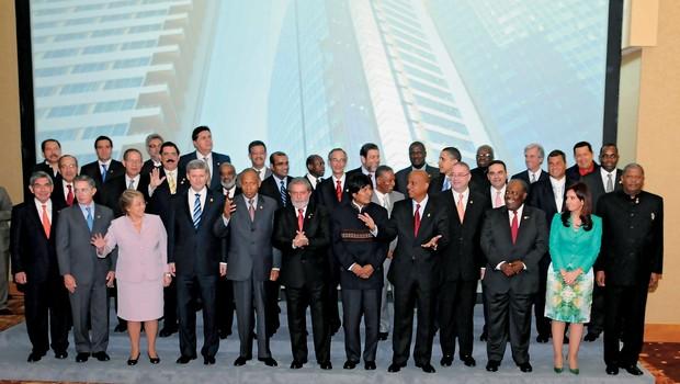"""""""EXCEPCIONAL APOIO"""" Os presidentes das nações americanas na Cúpula  de 2009 (Obama é o quarto  em pé na terceira fileira,  da direita para a esquerda). Segundo o documento,  a ação da NSA ajudou  o governo americano (Foto: Juan Manuel Herrera Oas/AFP)"""